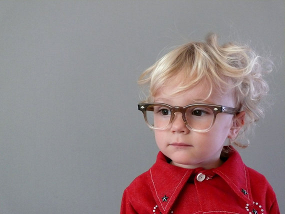 小孩与复古眼镜