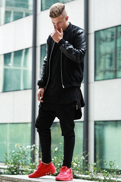cant-decide-wear-black-all-red-sneakers-streetstyle-streetwear-406x610